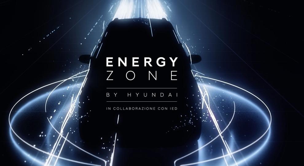 La Hyundai Kona elettrica all'interno di un gioco di luci della Energy Zone