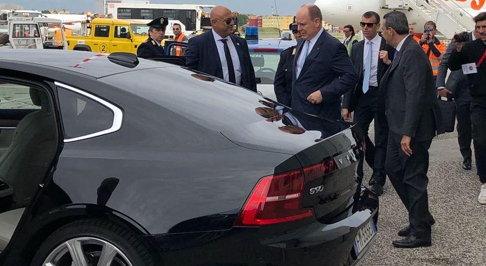 Alberto II di Monaco, appena atterrato all'aeroporto di Napoli mentre sale su una Volvo S90
