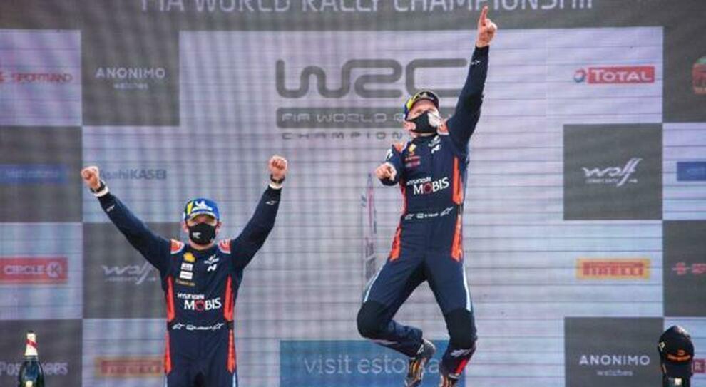 Tanak festeggia sul podio la vittoria insieme  al compagno di squadra Craig Breen