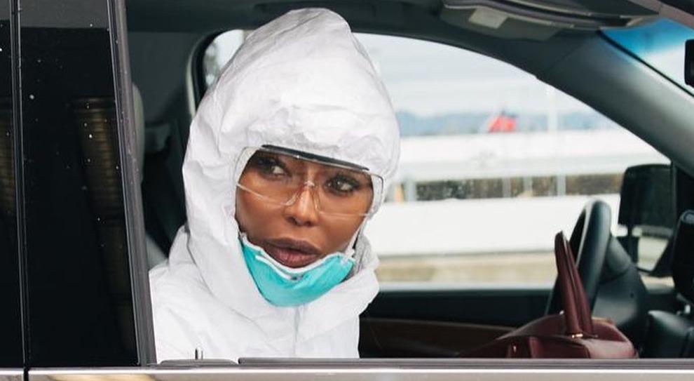 Naomi Campell in auto con la mascherina, gli occhiali e la tuta anti coronavirus