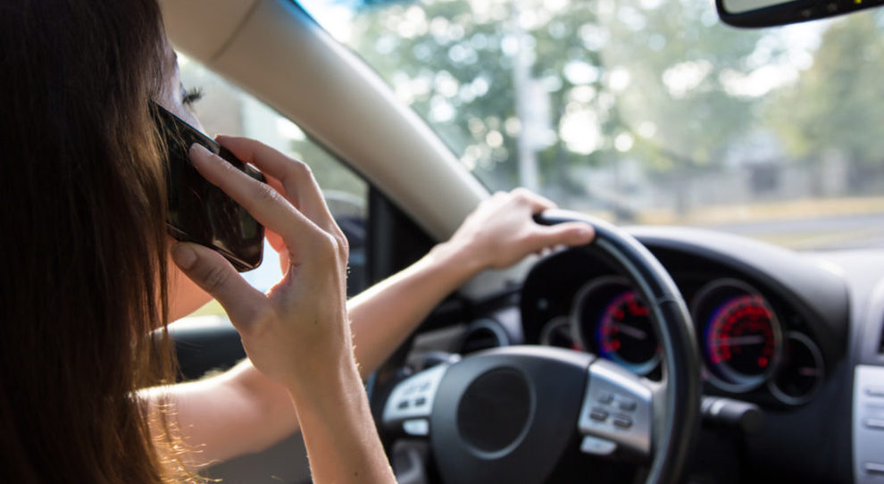 Stop cellulare alla guida, allo studio nuove regole: «Non si può vietare del tutto»