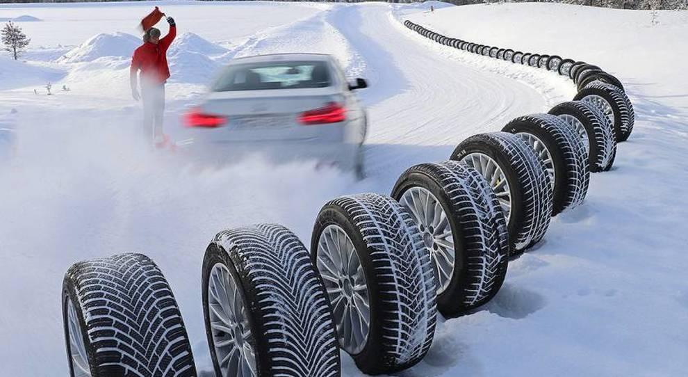 Sicurezza stradale, dal 15 scatta obbligo pneumatici invernali. Altroconsumo ne ha testati 30: a Pirelli, Dunlop, Continental i giudizi migliori