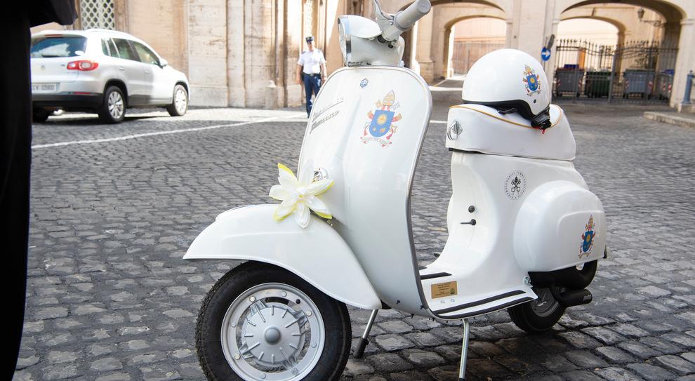 Una Vespa del 1971 per il Papa, dono dei 600 vespisti all'Angelus