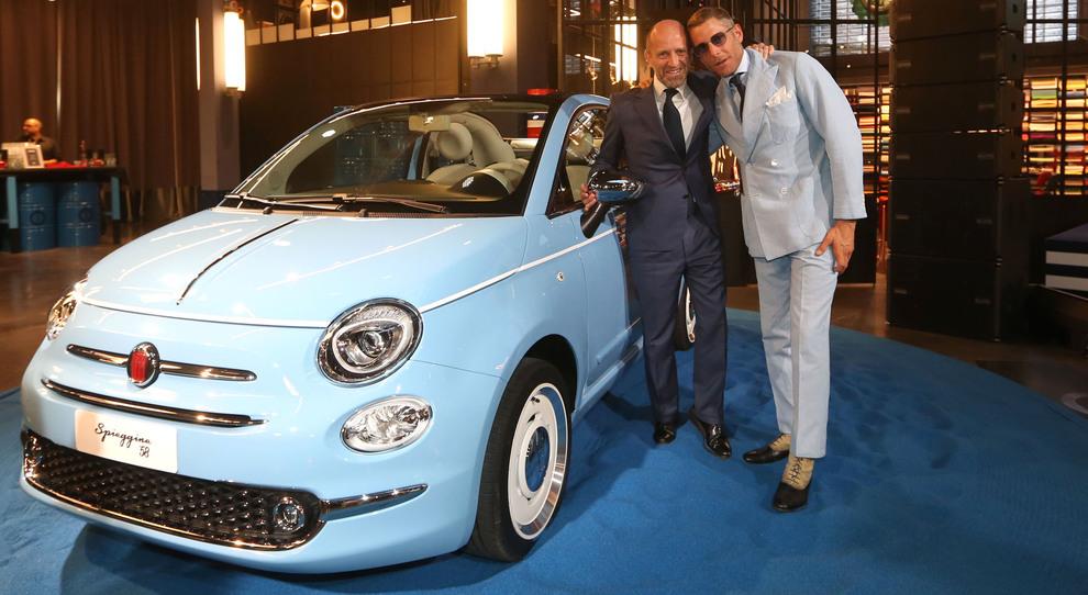 Luca Napolitano e Lapo Elkann con la Fiat 500 Spiaggina