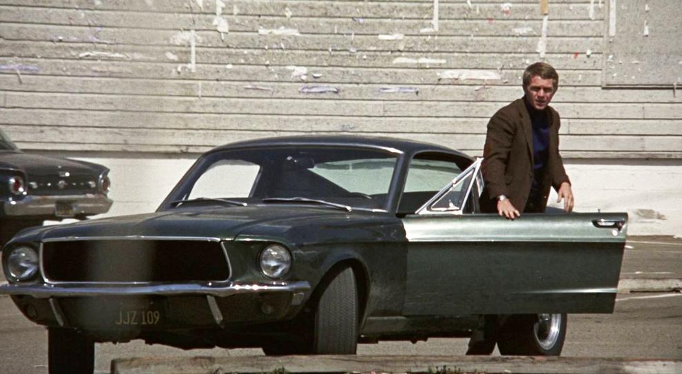 Steve McQueen con la mitica Ford Mustang nel film Bullit