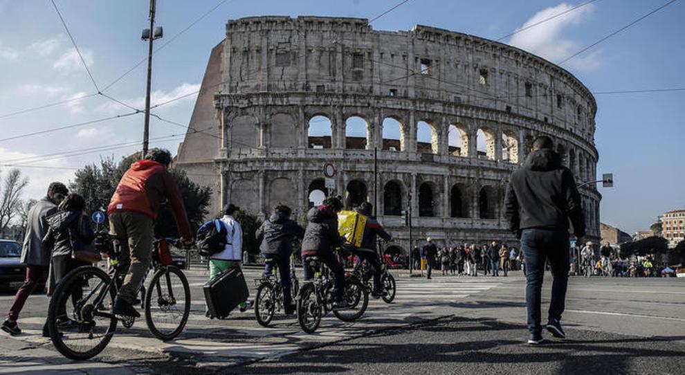 Il Colosseo preso d'assalto dai ciclisti