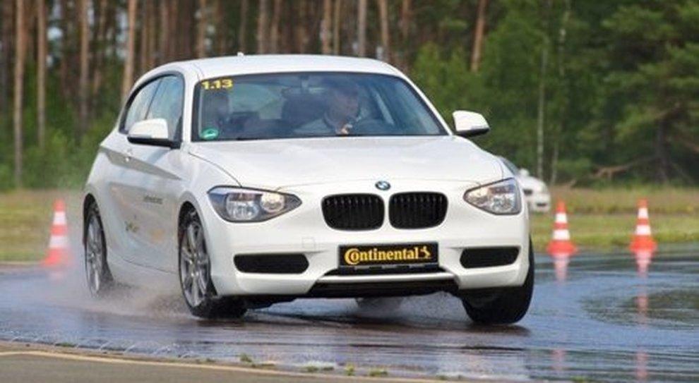 Un test Continental su strada bagnata