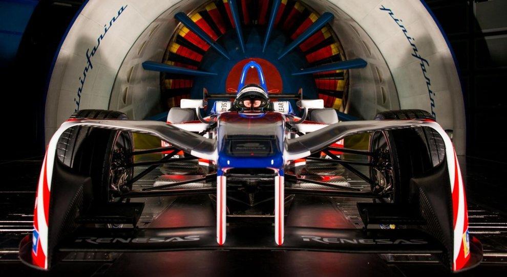 La monoposto della Mahindra di Formula E davanti alla galleria del vento di Pininfarina