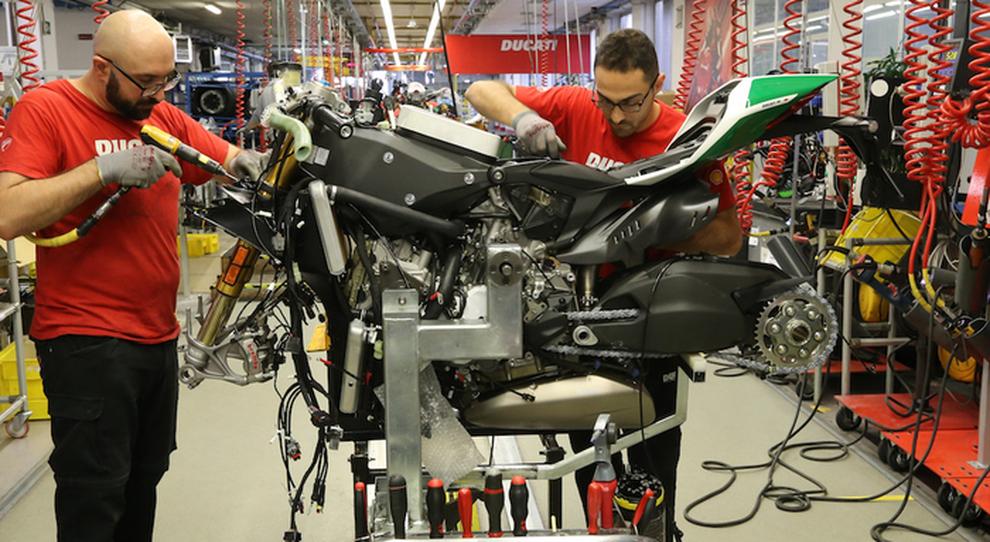Operai in fabbrica Ducati