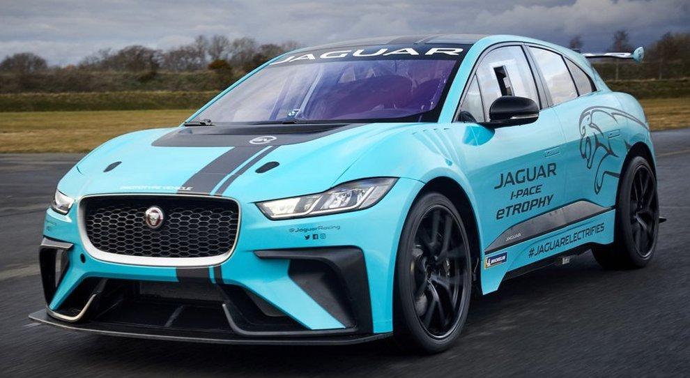 La Jaguar I-Pace eTrophy che sarà portata in pista da Alejandro Agag, ceo della Formula E, prima dell'E-Prix di Berlino