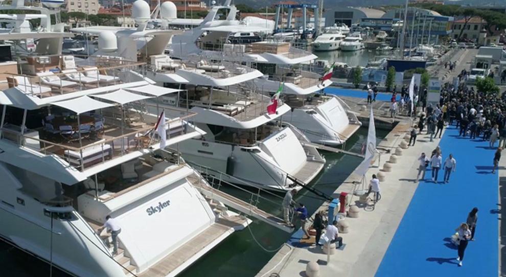 Una panoramica di alcuni superyacht esposti a Viareggio