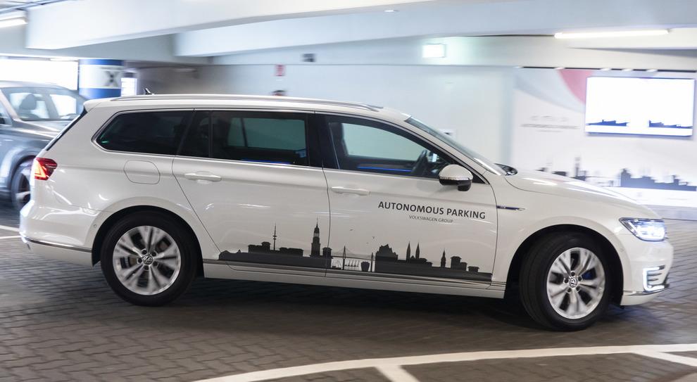 La Volkswagen Passat parcheggia da sola all'aeroporto di Amburgo
