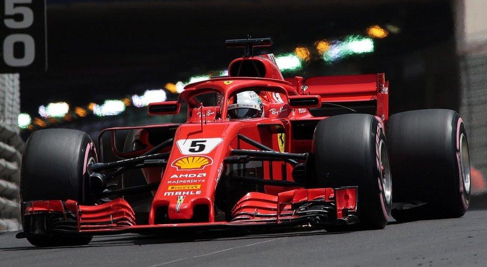 La Ferrari di Sebastian Vettel all'uscita del tunnel