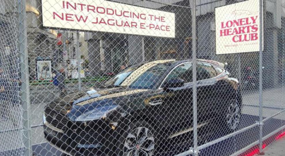 Il debutto della nuova Jaguar E-Pace, in occasione della Fashion Week, davanti al locale milanese