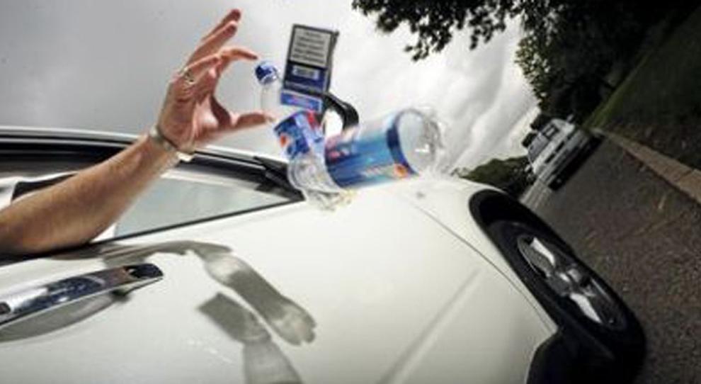 Rifiuti gettati dal finestino dell'auto