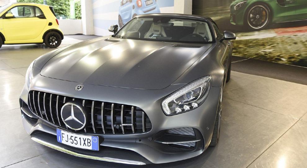 Lo stand della Mercedes al salone di Torino con in primo piano la AMG GT C Roadster