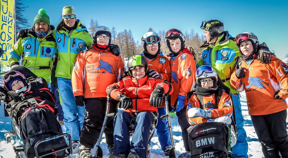 Al centro Alex Zanardi ed alcuni maestri di sci e partecipanti al progetto SciAbile di Bmw Italia