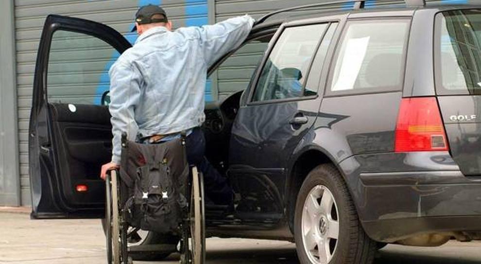 Un diversamente abile entra nella sua auto
