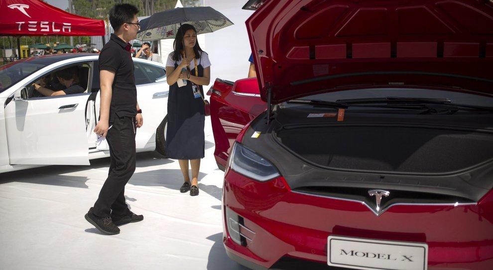 Una Tesla Model X esposta ai clienti cinesi