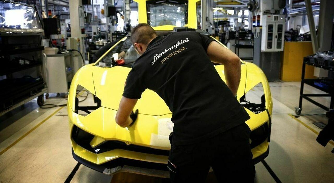 Un operaio al lavoro nella fabbrica Lamborghini