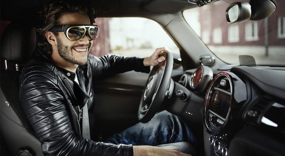 Un guidatore con occhiali a realtà aumentata