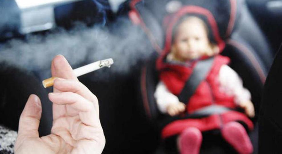 Fumare in auto con a bordo bambini e donne incinta è vietato