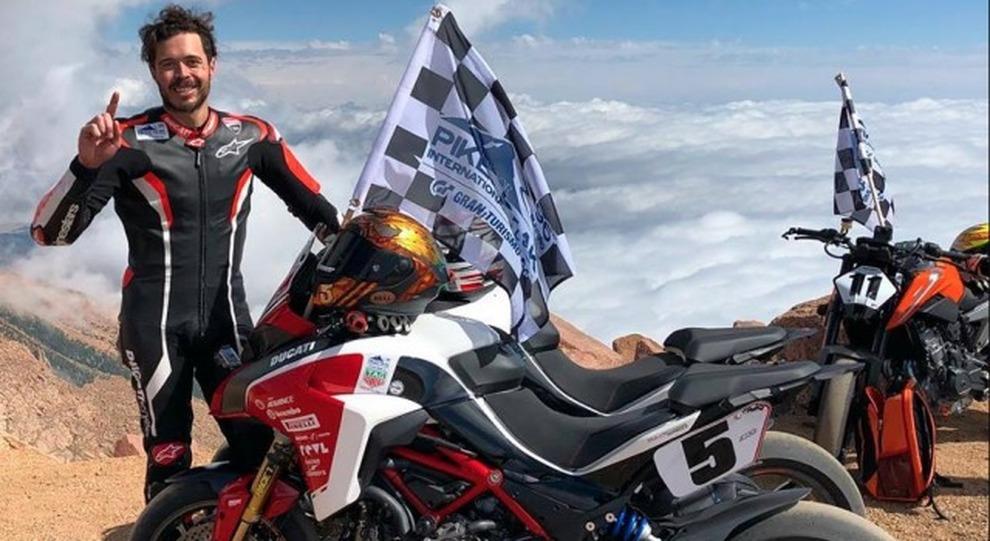 Carlin Dunne festeggia la vittoria alla Pikes Peak 2018 ottenuta in sella alla nuova Ducati Multistrada 1260