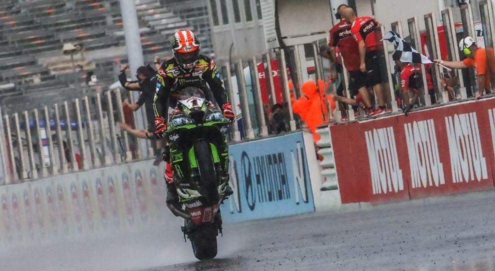 Jonathan Rea sulla sua Kawasaki festeggia la vittoria