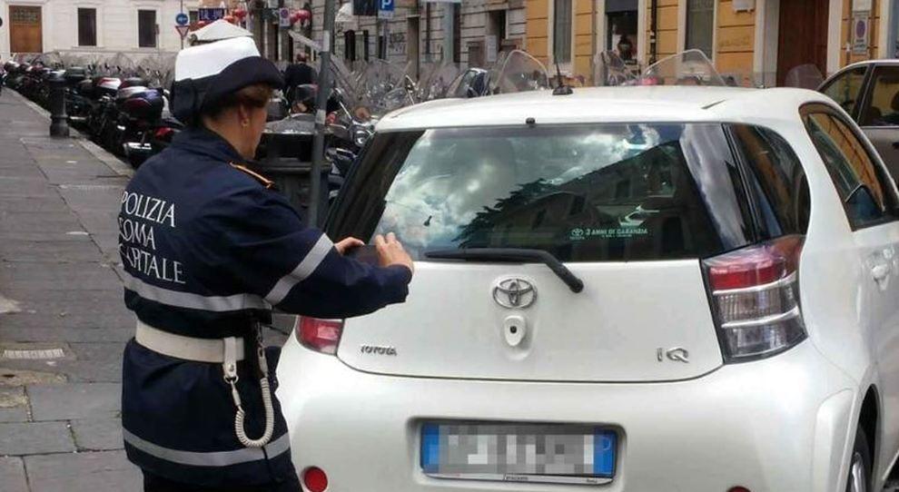Il vigile eroga una multa
