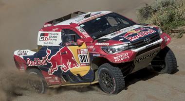 Nella penuntima tappa vince la Toyota di Al-Attiyah. Sainz resta 1° e vede il trionfo con la sua Peugeot