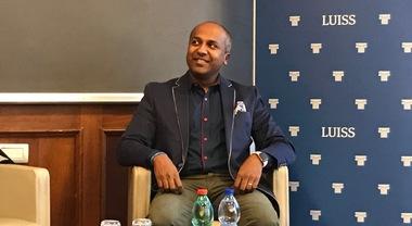 Sreenivasan, il guru dei social media: «Centinaia di notifiche sullo smartphone? Spegnetelo»