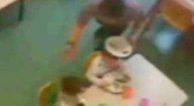 Facevano mangiare i bambini come animali: arrestate due maestre d'asilo