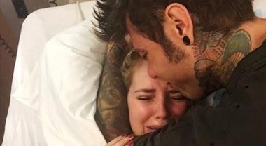 """Chiara Ferragni piange dopo il parto: """"È stato lungo e faticoso"""". E Fedez le resta vicino"""