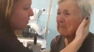 La nonna con l'Alzheimer riconosce per un attimo la nipote e le dice «Ti amo» Il video commuove il web