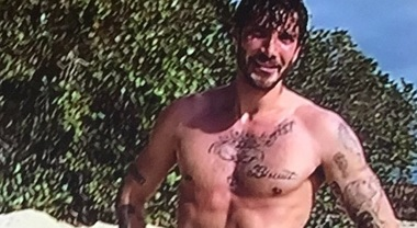 Esordio hot per Stefano De Martino all'Isola dei Famosi