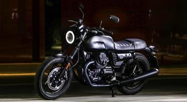 Moto Guzzi V7 III Stone Night Pack, look essenziale e anima high tech