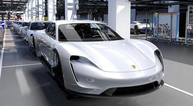 Porsche Taycan, al via produzione nuova elettrica: ricarica da 100 km in 4 minuti. Il lancio nel 2019