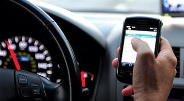 Toninelli: «Smartphone alla guida, arriva il ritiro patente». In un anno 150.000 multe