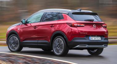 Opel avanti tutta con l'elettrificazione: Grandland X Hybrid4 da 300 cv pronta per l'Italia
