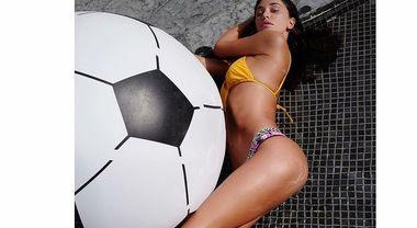 Belen Rodriguez e la foto con smagliature e pelle a buccia d'arancia: fan scatenati Guarda