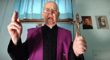 """Chi è padre Amorth, il prete esorcista: """"Satana deve avere paura di me"""""""
