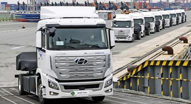 Hyundai Xcient, l'era dei camion a idrogeno è ormai iniziata. Consegnate prime sette unità fuel cell a trasportatori in Svizzera