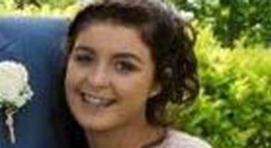 «Copri i brufoli o ti licenzio», cameriera 15enne pubblica il messaggio choc del suo capo