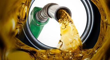 Benzina, prezzi continuano a salire: verde a 1,574 euro. Da gennaio 6 euro in più per un pieno