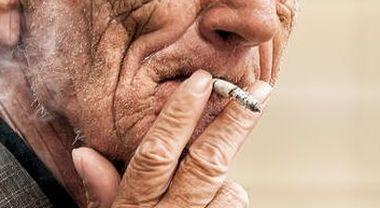 Antifumo, ma non a casa sua: a 38 chiude i genitori in terrazzo sotto il temporale perché fumano