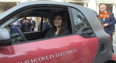 Raggi prova la nuova auto elettrica del Comune di Roma