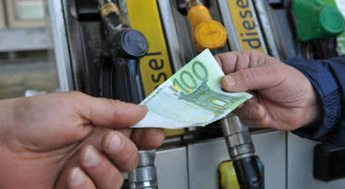 Benzina, salasso alla pompa per gli italiani: in primi 5 mesi 2019 spesi 23,6 mld di cui 14,4 mld vanno a fisco