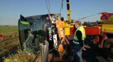 Autobus Flixbus si ribalta in autostrada, 26 feriti: uno grave