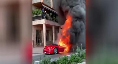 Ferrari si incendia in strada a Montecarlo, uomo cerca di spegnere il rogo dalla terrazza