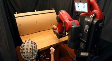 Robot controllati dalle onde cerebrali. Se commettono un errore sono fermati col pensiero